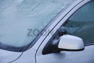 zugefrorene Windschutzscheibe