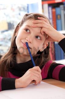 Mädchen macht Hausaufgaben und denkt nach