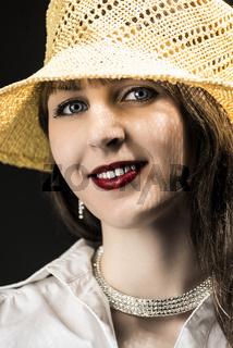 Frau mit gelben Strohhut