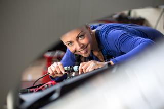 Kft Mechatronikerin repariert einen Motor