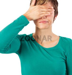 Hübsche Frau verdeckt ihre Augen