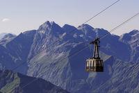 Blick vom Nebelhorn bei Oberstdorf mit Seilbahn
