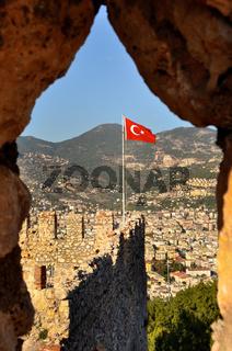 Türkische Nationalfahne auf dem Burgberg von Alanya