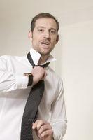 Mann bindet eine Krawatte