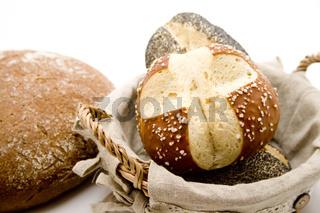 Brötchen im Korb und Brot