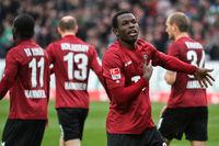 Dame Diouf jubelt nach seinem Tor für Hannover 96