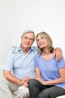 Zufriedenes Seniorenpaar auf Sofa