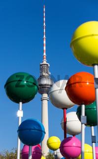 Berliner Funkturm und uebergrosse Stecknadeln