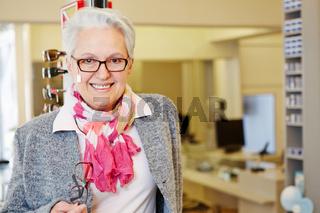 Ältere Frau mit Brille beim Optiker