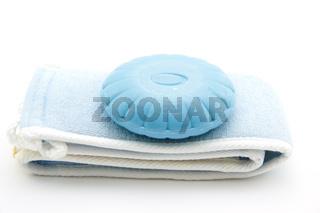 Blaue Seife auf Tuch