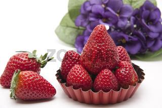 Erdbeeren mit Blumen