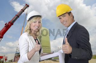 Architekt und Architektin auf Baustelle