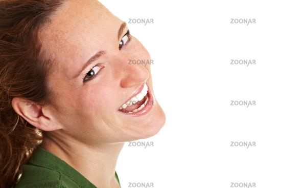 Lachende Frau schaut seitlich