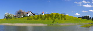 Panorama in Bayern mit Kapelle am See