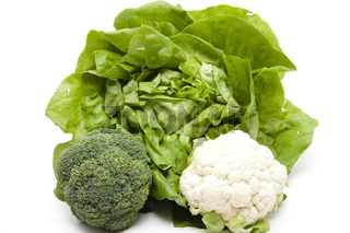 Broccoli mit Blumenkohl vor Salatkopf
