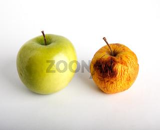 Frischer und verschrumpelter Apfel