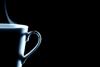 halbe dampfende kaffee tasse