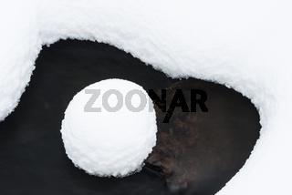 verschneiter Stein in einem Bach, Allavaara, Lappland, Schweden