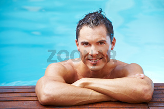 Mann am Rand eines Schwimmbeckens