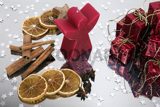 kleine Weihnachtspakete und Orangen