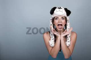 junge schreiende Frau mit Hundemütze