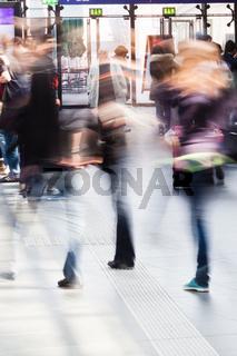 Menschen unterwegs am Bahnhof