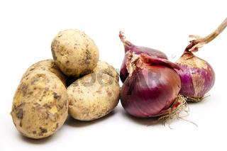 Rohe Kartoffeln und rote Zwiebeln