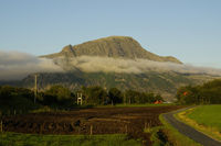 Berg mit Wolkenschleier