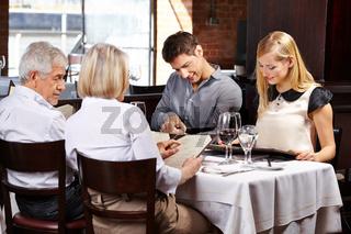 Familie im Restaurant liest Speisekarte