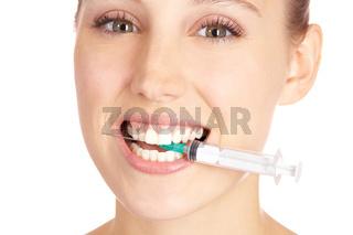 Attraktive Frau beißt auf Spritze
