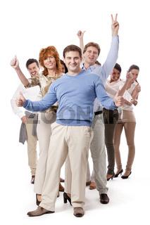 Junge gruppe team mit menschen verschiedenen alters business in casual sportlicher kleidung