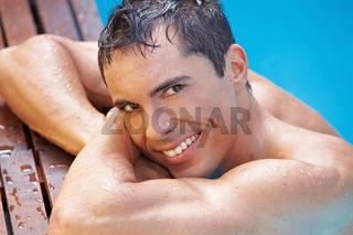 Lachender Mann im Schwimmbad