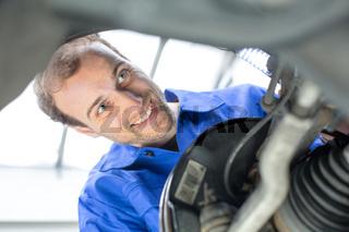 Kfz Mechatroniker reparieren die Bremsen