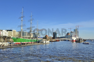Hamburger Hafen mit Elbphilharmonie