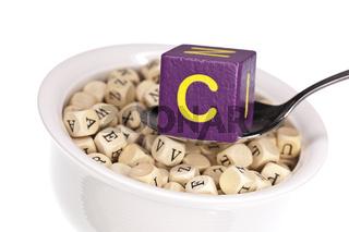 Vitaminreiche Alphabetsuppe zeigt Vitamin C