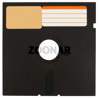Vorderseite einer schwarzen Diskette mit Etiketten vor einem weißen Hintergrund
