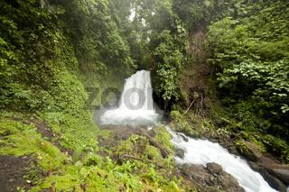 Wasserfall im Regenwald des Nationalpark Vulkan Arenal beim Ort La Fortuna