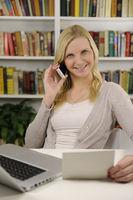 Frau mit Laptop, Telefon und Brief