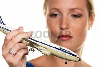 Frau mit Lufthansa Flugzeug