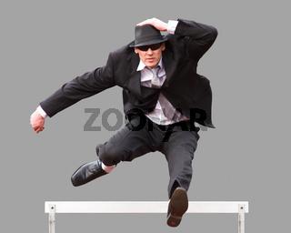 Geschäftsmann überspringt Hürde