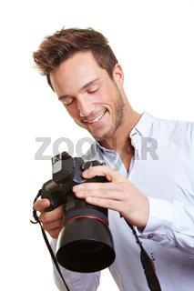 Fotograf kontrolliert Bilder auf Display