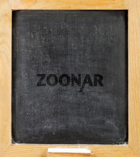 Leere Tafel aus Holz mit einem Stück Kreide