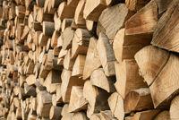 Großer Stapel Brennholz