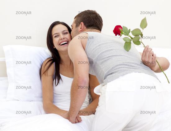 Как мужчина относится к подарку от женщины 244