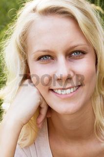 Glückliche junge Frau im Sommer