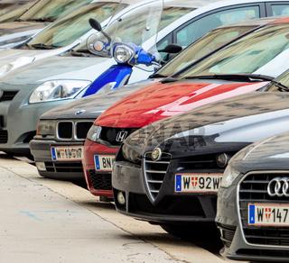Parkende Autos in der Stadt