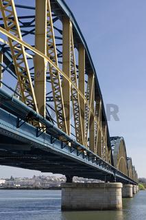 Eisenbahnbruecke ueber den Rio Arade in Portimao