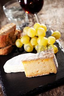 Schweizer Käse und Rotwein