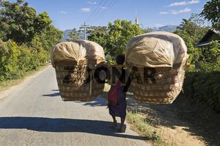 Lastentraeger in Nyaung Shwe am Inle See, Myanmar