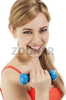 glückliche sportlerin mit einer blauen fitness hantel